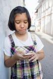Moça asiática que usa o telefone esperto foto de stock royalty free