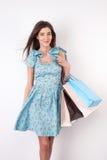 A moça atrativa é compra indo com divertimento Fotografia de Stock Royalty Free