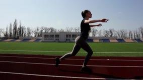 A moça atrativa apta do Active que anda fazendo as ocupas que aquecem o esticão muscles dar certo exterior no estádio grande filme
