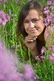 Moça atrativa bonita no prado lindo completamente de flores selvagens imagem de stock royalty free