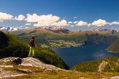 Moça Backpacking na vigia de fiordes e de montanhas noruegueses, Noruega imagens de stock