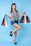 A moça bonita é vanglória de suas compras Imagens de Stock Royalty Free