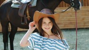 A moça bonita anda ao cavalo amigável e às carícias ele nariz lentamente video estoque