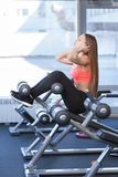 Moça bonita aptidão contratada no gym Foto de Stock Royalty Free