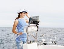 A moça bonita, atrativa pilota um mar Mediterrâneo do barco Fotografia de Stock Royalty Free