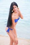Moça bonita bronzeada em um roupa de banho azul Fotos de Stock Royalty Free