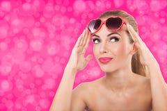 Moça bonita com óculos de sol extravagantes imagens de stock