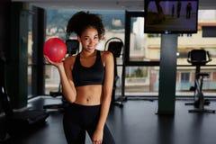 A moça bonita com cabelo escuro encaracolado veio a uma classe de ginástica aeróbica Imagem de Stock Royalty Free