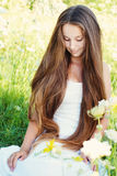 Moça bonita com cabelo muito longo fora foto de stock royalty free