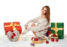 Moça bonita com caixas de presente - conceito do feriado no branco Foto de Stock
