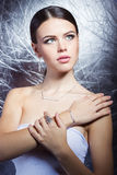 Moça bonita com joia cara à moda bonita, colar, brincos, bracelete, anel, filmando no estúdio Fotos de Stock Royalty Free