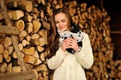 Moça bonita com o copo da bebida morna na estação fria Fotos de Stock Royalty Free