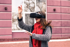 Moça bonita com os auriculares da realidade virtual ou os vidros 3d Fotos de Stock Royalty Free