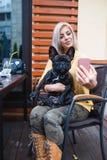 Moça bonita com seu cão no parque do outono fotos de stock