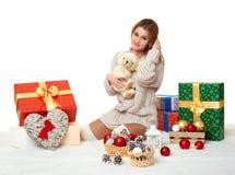 Moça bonita com urso de peluche e caixas de presente no branco Imagem de Stock Royalty Free