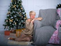 Moça bonita em um fundo de ano novo no estúdio fotografia de stock royalty free