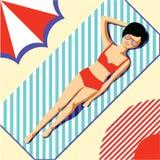 Moça bonita em um roupa de banho vermelho e nos vidros, tomando sol na praia em um tapete com listras azuis sob um guarda-chuva s ilustração stock