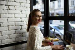 Moça bonita em uma camiseta leve Fotografia de Stock