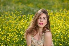Moça bonita entre flores amarelas Foto de Stock