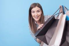 A moça bonita está fazendo o divertimento com pacotes Fotografia de Stock Royalty Free