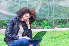 Moça bonita exótica que usa o portátil no Fotos de Stock Royalty Free