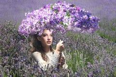 Moça bonita fora em um campo de flor da alfazema fotografia de stock
