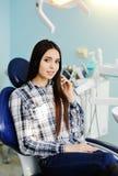 Moça bonita na cadeira do dentista Fotografia de Stock Royalty Free