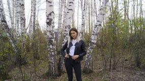 Moça bonita na floresta do Siberian do vidoeiro foto de stock