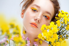 Moça bonita na imagem da flora, retrato do close-up foto de stock royalty free