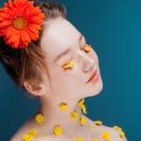 Moça bonita na imagem da flora, retrato do close-up fotos de stock royalty free