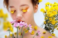 Moça bonita na imagem da flora, retrato do close-up foto de stock