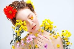 Moça bonita na imagem da flora, retrato do close-up fotografia de stock royalty free