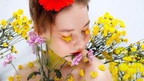 Moça bonita na imagem da flora, retrato do close-up fotos de stock