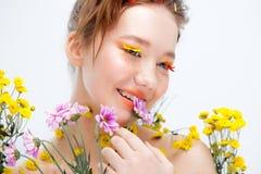 Moça bonita na imagem da flora, retrato do close-up imagens de stock
