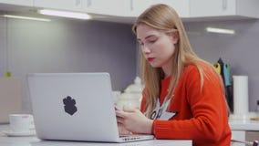 Moça bonita na mensagem vermelha da camiseta com os amigos no telefone filme