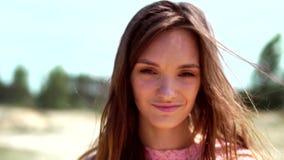 Moça bonita na rua video estoque