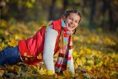Moça bonita no parque do outono Foto de Stock