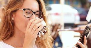 Mo?a bonita nos vidros que surfam a rede no caf? exterior vídeos de arquivo