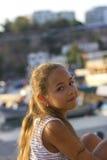 Moça bonita perto do mar Mediterrâneo que olha para a frente Antalya, Turquia, porto Foto de Stock