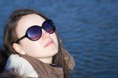 Moça bonita que aprecia o tempo ensolarado bonito e bonito du Imagem de Stock
