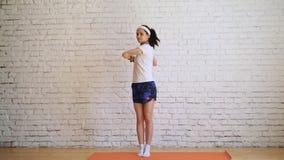 Moça bonita que faz exercícios em casa vídeos de arquivo