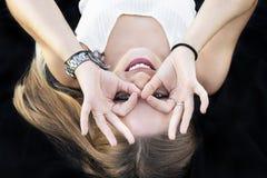 Moça bonita que faz gestos com suas mãos imagem de stock royalty free