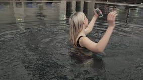 Moça bonita que faz o selfie no iphone no vídeo da metragem do estoque da associação filme
