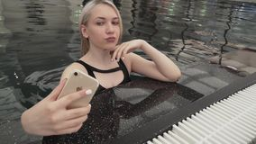 Moça bonita que faz o selfie no iphone no vídeo da metragem do estoque da associação vídeos de arquivo