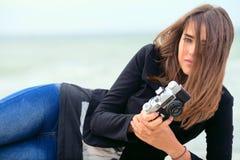 Moça bonita que guarda a câmera velha do filme Imagens de Stock Royalty Free