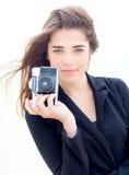 Moça bonita que guarda a câmera velha do filme Fotografia de Stock