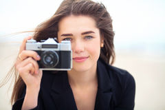 Moça bonita que guarda a câmera velha do filme Foto de Stock