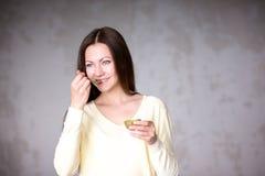 Moça bonita que guarda o quivi Alimento saudável Imagens de Stock