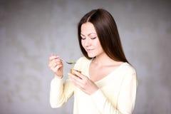Moça bonita que guarda o quivi Alimento saudável Fotografia de Stock