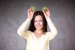 Moça bonita que guarda o quivi Alimento saudável Foto de Stock